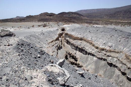 Des fissures comme celle-ci près du volcan Dabbabu se situent déjà en-dessous du niveau de la mer.