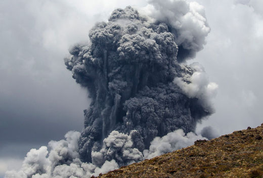 Un panache de cendres massif des vagues dans le ciel que le Mont Tongariro