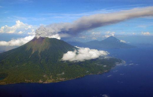 En Indonésie, le Mont Gamalama le 16 Septembre 2012, éruption