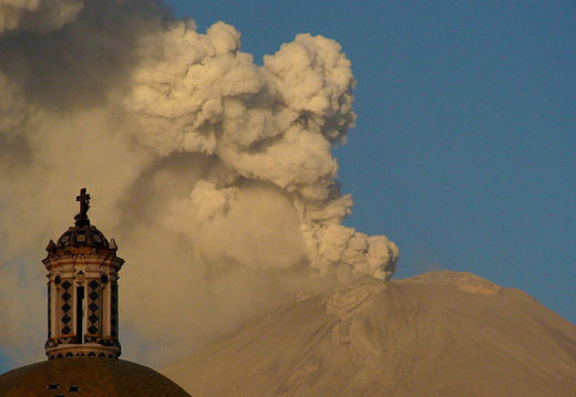 Le volcan Popocatepetl, Mexique, en éruption le 24 mai 2012