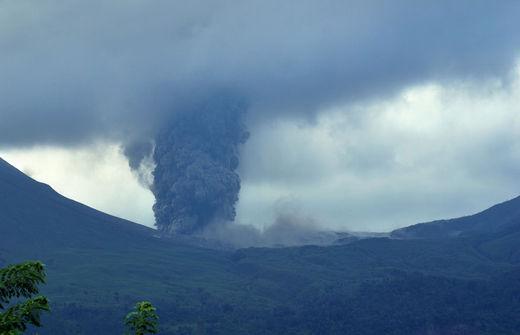 Le volcan Mont Lokon vomit une colonne géante de cendres volcaniques lors d'une éruption vu de la ville de Tomohon situé dans l'île de Sulawesi, en Indonésie, le 7 Octobre 2012