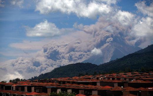 Le volcan de Fuego vu de Palin au Guatemala le 13 septembre 2012