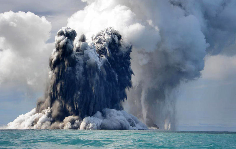 Sous-marin en éruption près de l'île du pacifique de tongatapu en