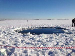 Un trou dans le lac de Tchebarkoul fait par un débris de météorite.