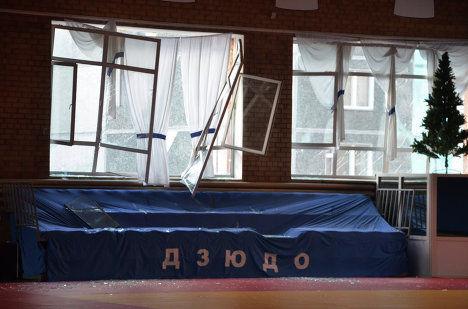 Les fenêtres du gymnase de cette école de Tcheliabinsk ont été soufflées par l'onde de choc de l'énorme explosion initiale. Tcheliabinsk est à environ deux-cents kilomètres au sud de Iekaterinbourg dans l'Oural russe et à cent-cinquante kilomètres au nord