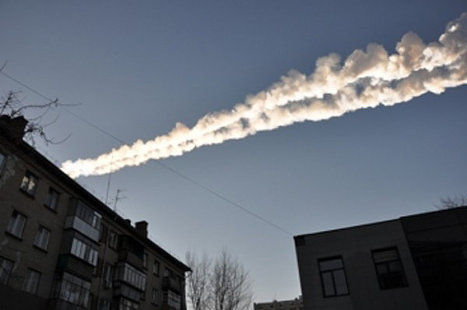 La traînée ou panache de fumée laissée par l'énorme caillou de l'espace.