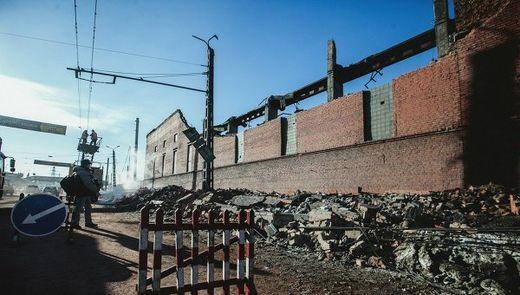 Cette usine de traitement du zinc à Tcheliabinsk, au sud de la Russie, a apparemment été frappée par une météorite éparpillée par l'explosion aérienne du météore/fragments de comètes entrant.