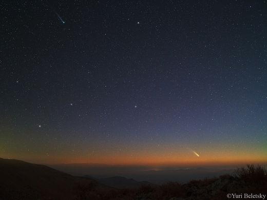 En haut à gauche la comète Lemmon se reconnaît à sa couleur verte. Panstarrs est en bas à droite.