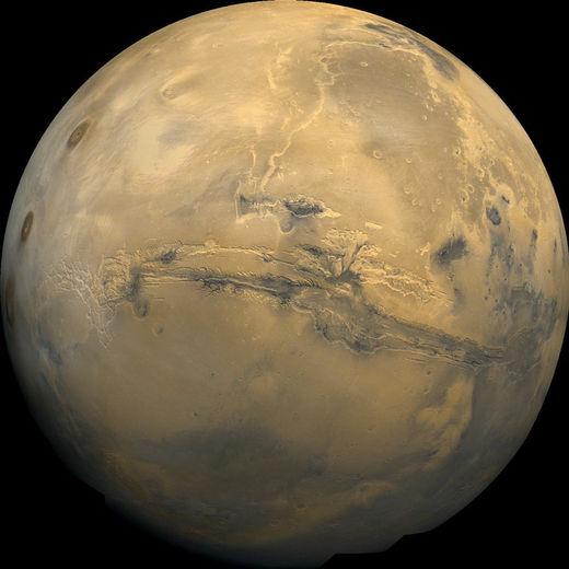 Mars vue par les sondes Viking. On remarque l'immense balafre de Valles Marineris
