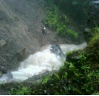 Chute voiture Sinkhole Dominica Caraïbes