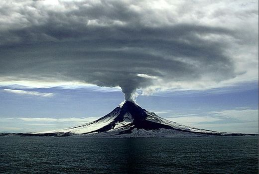 Le volcan Augustine en éruption le 27.03.2006
