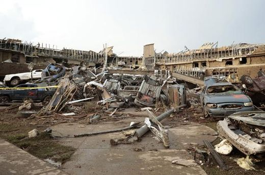 Le parking d'un centre médical près Oklahoma City, ravagé par la tornade_20.05.2013
