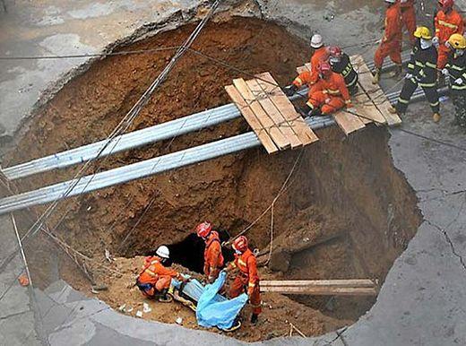 Un sinkhole avale cinq personnes en Chine, mai 2013
