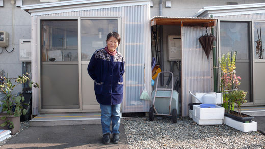 Madame Kowata (Fukushima) devant son logement provisoire à Aizu Wakamatsu
