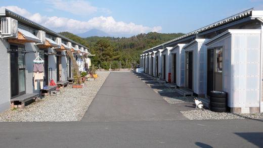 Fukushima, Japon, Une artère du lotissement provisoire d'Aizu Wakamatsu