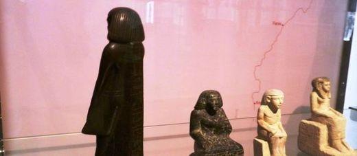 La statuette égyptienne de Neb-Senu tourne le dos aux visiteurs du musée de Manchester.