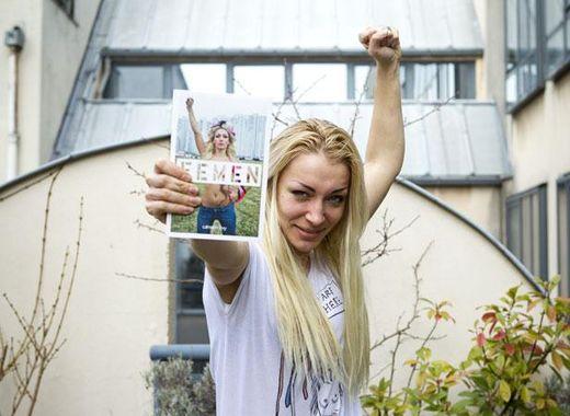 Inna Chevtchenko, membre des Femen, avec le livre du mouvement féministe