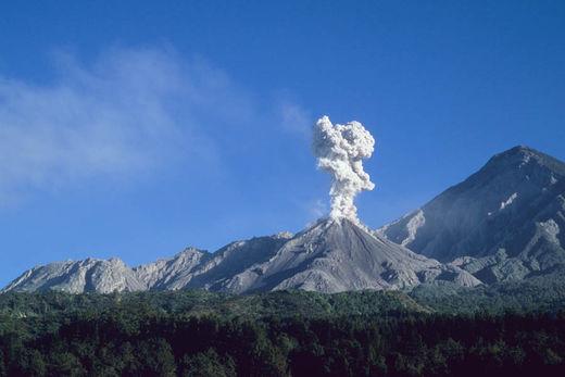 Les dôme de lave du complexe du Santiaguito, et le sommet du Santa Maria , Décembre 2005
