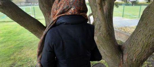Une femme contre un arbre