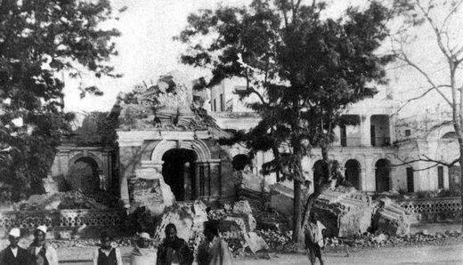 Clock Tower (Université du Népal, Katmandu) après le séisme de 1934
