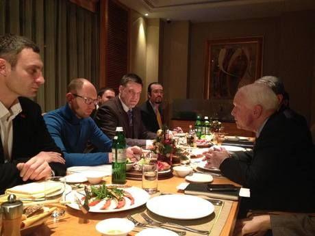 Le sénateur américain John McCain (à droite) lors d'une rencontre avec des dirigeants de l'opposition ukrainiennes, dont le dirigeant du parti fasciste et anti-sémite Svoboda (troisième à partir de gauche).