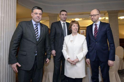 Catherine Ashton, au nom de l'UE, a rencontré l'opposition ukrainienne. A gauche, Oleh Tyahnybok le député du parti néo-nazi Svoboda.
