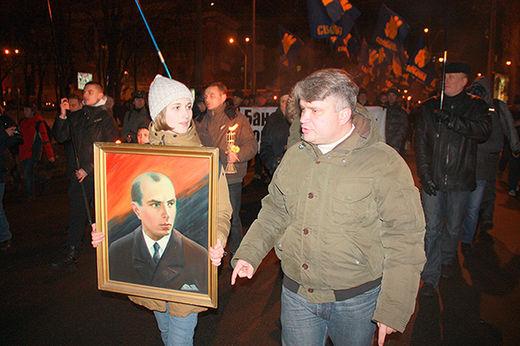 Des manifestants de l'Euromaiden brandissant le portrait de Stepan Bandera