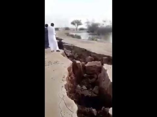 huge crack opens in Saudi Arabia