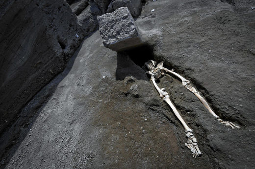 Pompeii man crushed rock