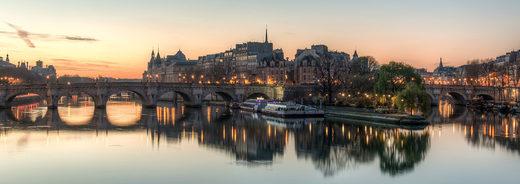 L'île de la Cité, vue du Pont des Arts, peu avant le lever du soleil, Paris, France.