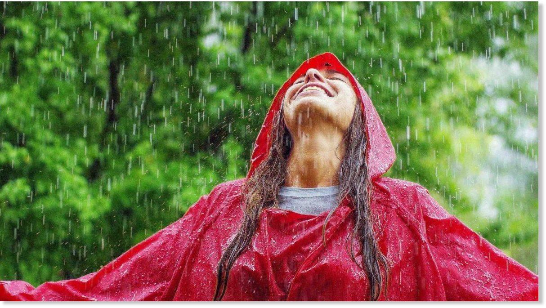 Marcher sous la pluie est un médicament naturel : 5 bienfaits pour ...