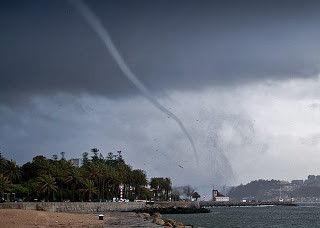 Portugal porto une spectaculaire trombe d 39 eau touche la - Trombe d eau ...